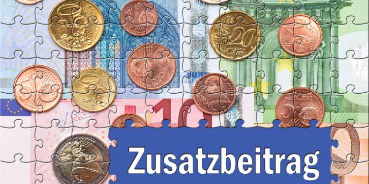 Ein Puzzle, das Euroscheine und Münzen abbildet, mit einer Aussparung mit dem Wort Zusatzbeitrag