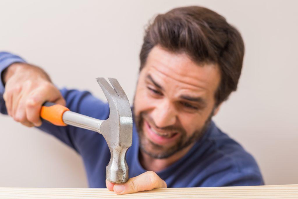 Vor allem viele Männer sind begeisterte Do-it-yourself-Anhänger. Allerdings verletzen sich so manche Heimwerker auch bei ihren Tätigkeiten. Experten wissen, was dann zu tun ist. (Bild: WavebreakMediaMicro/fotolia.com)