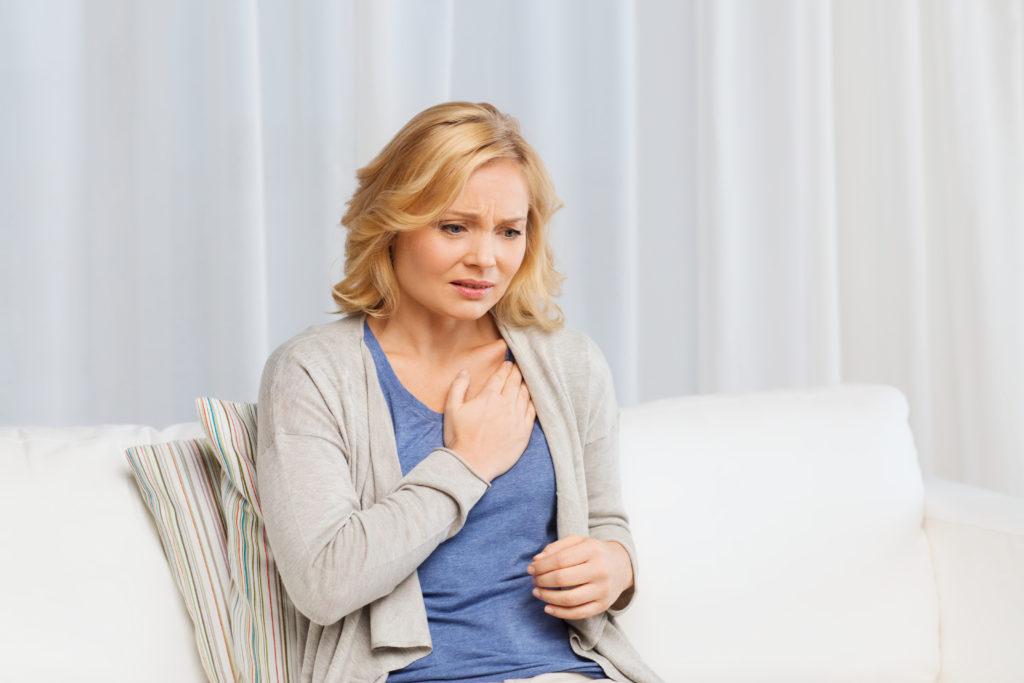 Unglückliche Frau leidet an Herzbeschwerden