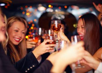 Silvester feiern ohne alkoholische Getränke ist für viele kaum vorstellbar. Häufig rächt sich dies am nächsten Morgen mit einem schlimmen Kater. Doch das muss nicht sein:  Experten haben Tipps wie Sie ohne Kopfschmerzen und Co.  ins neue Jahr kommen.  (Bild: Olesia Bilkei/fotolia.com)