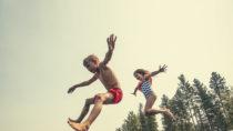 Vor allem für Kinder gibt es im Sommer meist nichts Schöneres als sich beim Baden abzukühlen. Eltern sollten die Kleinen aber am und im Wasser nicht aus den Augen lassen. Ertrinken ist eine häufige Todesursache bei Kleinkindern. (Bild: Brocreative/fotolia.com)