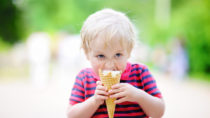 Kinder essen gerne Süßes. Am liebsten würden Kinder den ganzen Tag nur Süßigkeiten essen und Limonade trinken. Diese falsche Ernährung kann aber bereits in der Kindheit zu Missbildungen des Herzen führen. (Bild: Maria Sbytova/fotolia.com)
