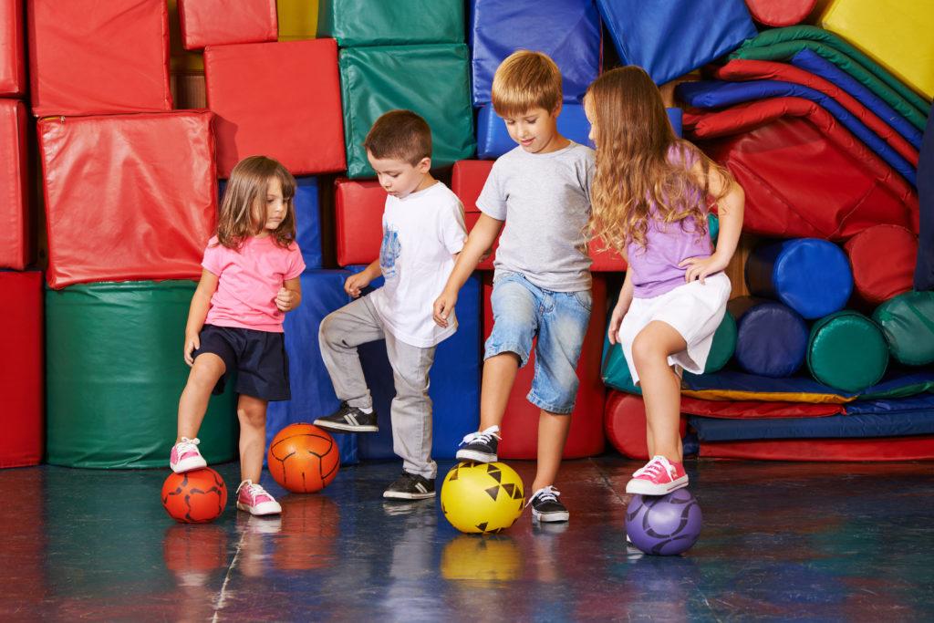 Viel Bewegung in der Kindheit stärkt die Knochen. Experten raten in diesem Zusammenhang unter anderem zu Ballsportarten wie Fußball. (Bild: Robert Kneschke/fotolia.com)