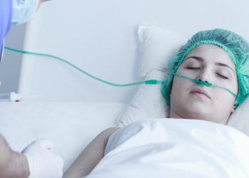 Manche Patienten erwachen zwar nach langer Zeit aus dem Koma, leiden dann aber unter schweren Beeinträchtigungen ihrer geistigen Funktionen. Solchen Menschen könnte durch eine nicht-invasive Behandlung mit Ultraschall geholfen werden. (Bild: Photographee.eu/fotolia.com)