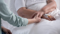 Ein Gutachten im Auftrag des GKV-Spitzenverbandes zeigt, dass der Aufbau klinischer Krebsregister nur zögerlich voran kommt. (Bild: Photographee.eu/fotolia.com)