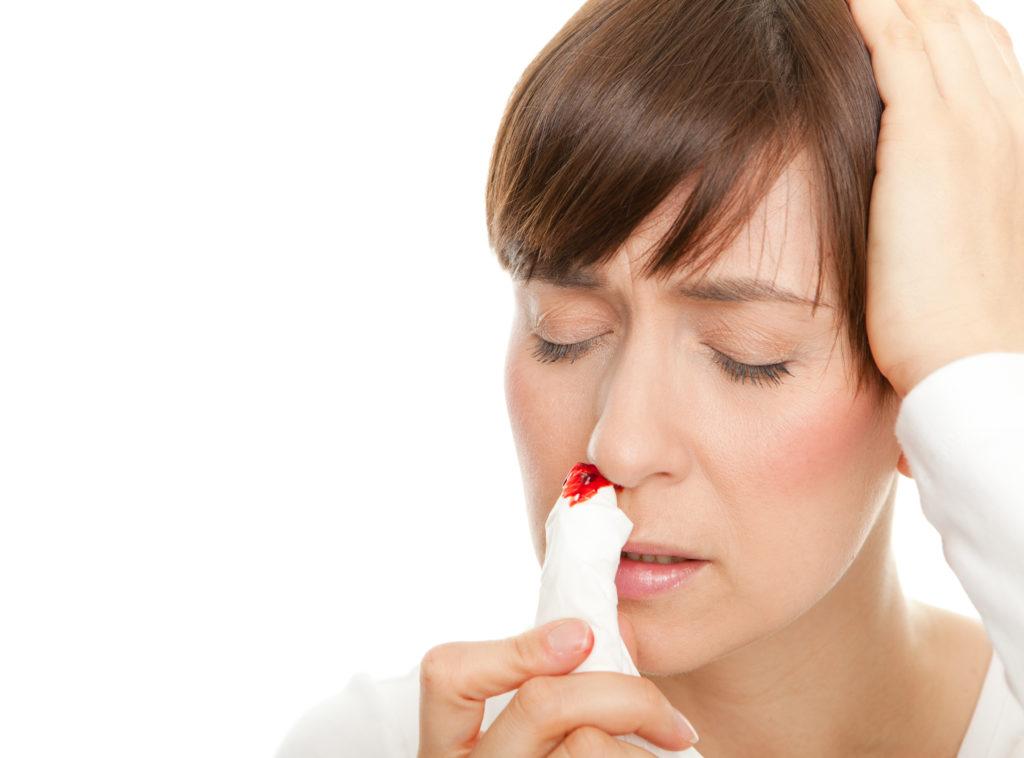 Die Ursachen von Nasenbluten sind zwar meist harmlos, doch die Blutung kann auch ein Symptom gefährlicher Erkrankungen sein. In manchen Fällen ist es ratsam, zum Arzt zu gehen. (Bild: drubig-photo/fotolia.com)