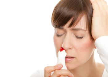 Die meisten Ursachen für Nasenbluten sind harmlos. Doch wenn sich die Blutung nicht schnell stoppen lässt oder es häufiger dazu kommt, muss unbedingt ein Arzt aufgesucht werden. (Bild: drubig-photo/fotolia.com)