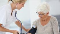 Ist von Blutdruck die Rede geht es meist um Warnungen vor gesundheitsgefährdender Hypertonie. Doch manche Menschen haben auch zu niedrigen Blutdruck. Statt Medikamenten wird hier eher auf Mittel zur Selbsthilfe gesetzt. (Bild: goodluz/fotolia.com)