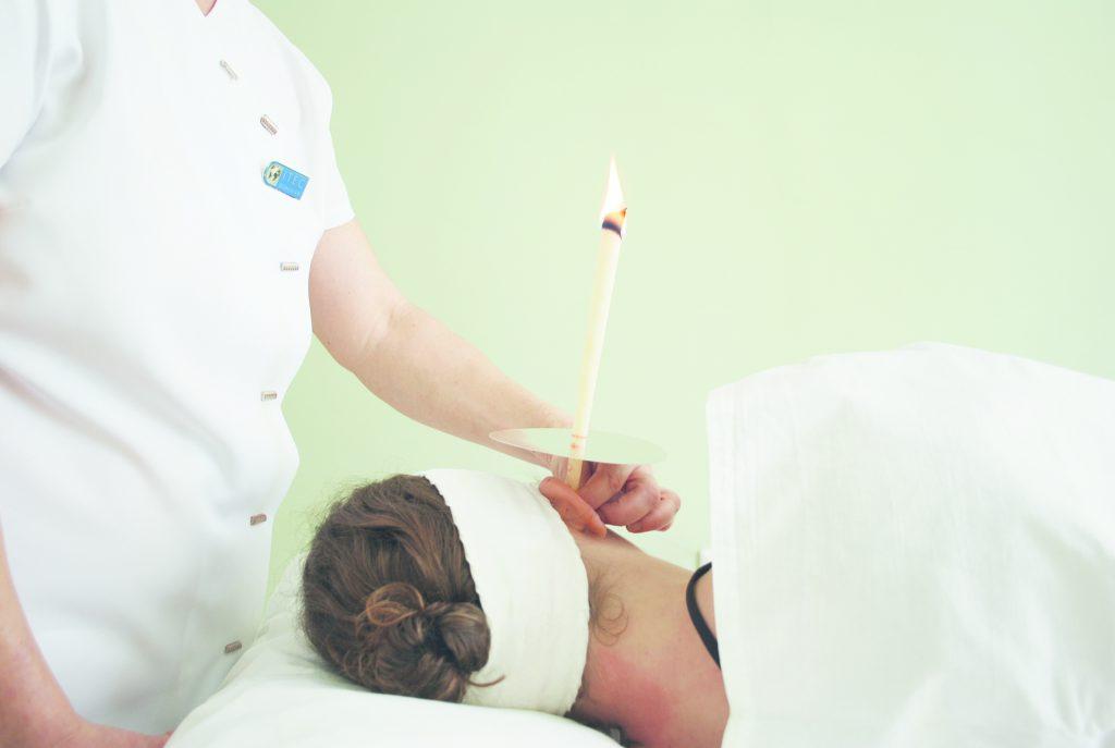 Ohrkerzen zeigen bei der Beseitigung von Ohrenschmalz nur geringe Wirkung. Sie dienen eher anderen therapeutischen Zwecken. (Bild: smoksi/fotolia.com)