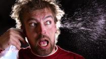 Zur Reinigung der Ohren beziehungsweis zur Entfernung von überschüssigem Ohrenschmalz reicht ordentliches Durchspülen oftmals bereits aus. Allerdings sollte kein kaltes Wasser verwendet werden. (Bild: underdogstudios/fotolia.com)