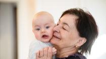 Dass sich Omas um kleine Kinder kümmern, ist nicht ungewöhnlich. Wenn Großmütter aber selbst Babys bekommen, sorgt dies für Aufsehen. In Australien hat eine 63-jährige Frau ein Kind zur Welt gebracht. (Bild: Martinan/fotolia.com)