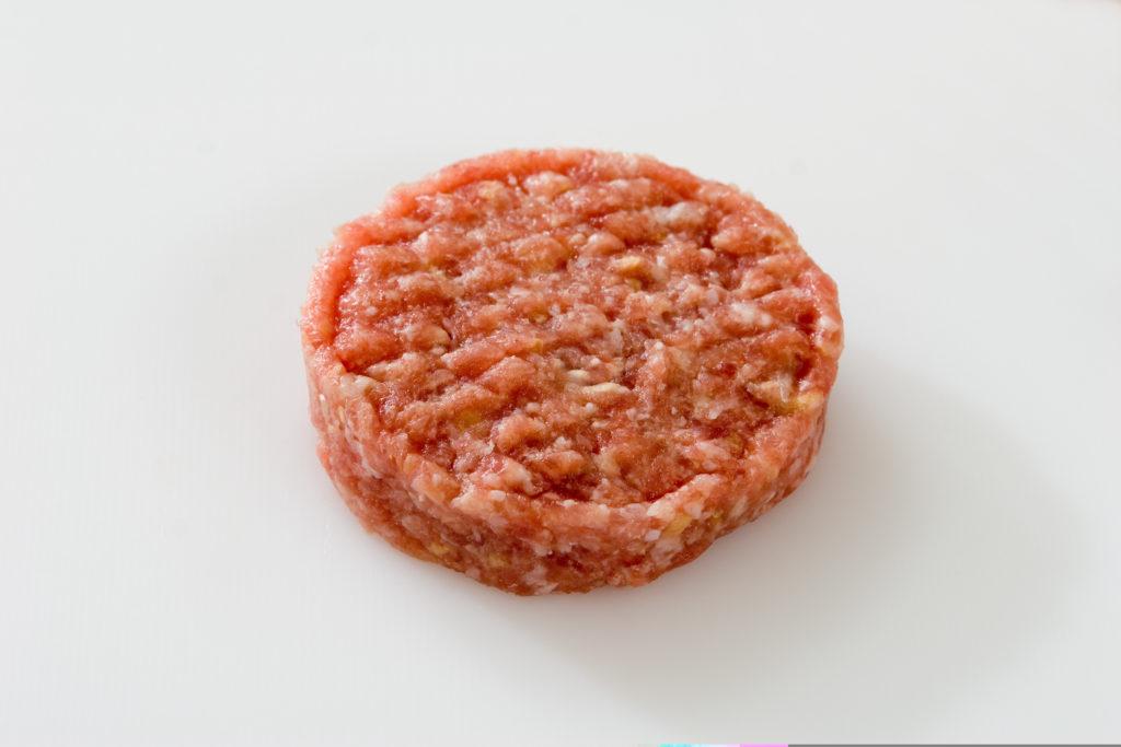 """Die Willms Fleisch GmbH ruft Hacksteaks zurück, die bei Penny im Verkauf sind. In einzelnen Packungen des Produkts """"Bifteki Hacksteaks"""" seien Kunststoffteilchen gefunden worden. (Bild: redhorst/fotolia.com)"""
