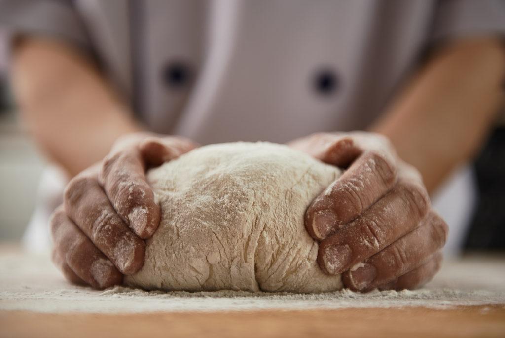 Menschen mit einem Reizdarm bekommen häufig gesundheitliche Probleme und Blähungen, wenn sie Brot zu sich nehmen. Wissenschaftler fanden jetzt heraus, dass längere Gehzeiten des Teiges das Brot wesentlich bekömmlicher machen. (Bild: Stasique/fotolia.com)