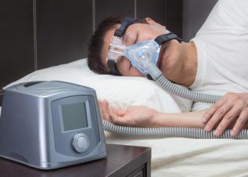 Viele Menschen leiden nachts unter Atemstörungen im Schlaf. Ein sogenanntes CPAP-Gerät soll da Abhilfe schaffen. (Bild: kudosstudio/fotolia.com)