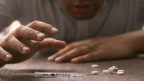 Bestimmte Schmerzmittel können starke Nebenwirkungen hervorrufen, süchtig machen und sogar zum Tode führen. Wissenschaftler fanden ein neues starkes Schmerzmittel, dass keine negativen Nebenwirkungen hat und auch keine Sucht erzeugt. (Bild: lovegtr35/fotolia.com)