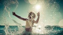 Bekommt ein Kind nach einem heißen Sommertag im Freien plötzlich Fieber und Schüttelfrost, kann dies ein Anzeichen für einen Sonnenstich sein. Der Nachwuchs sollte dann zu einem Arzt gebracht werden. (Bild: Sunny studio/fotolia.com)