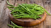 Grüne Bohnen enthalten gesunde sekundäre Pflanzenstoffe, wichtige Vitamine und Mineralstoffe. Roh dürfen die Hülsenfrüchte allerdings nicht verzehrt werden, weil sie giftige Blausäure enthalten. (Bild: karepa/fotolia.com)