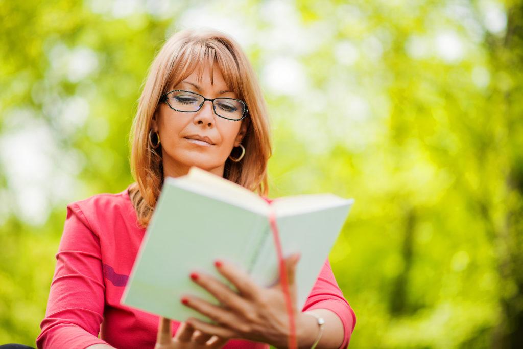 Viele Menschen lesen Bücher, um zu entspannen oder um aus der Normalität des Alltags zu entfliehen. Andere Menschen lesen Bücher, um neues Wissen zu erlernen oder um sich allgemein weiterzubilden. Häufiges Lesen kann aber noch ganz andere Vorteile mit sich bringen. Wissenschaftler stellten fest, dass regelmäßiges Lesen unsere vorzeitige Sterbewahrscheinlichkeit verringert. (Bild: ivanko80/fotolia.com)