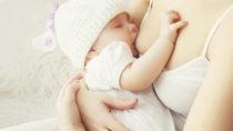 Schnelles Stillen nach der Geburt ist für Neugeborene sehr wichtig. So kann die Wahrscheinlichkeit für gefährliche Infektionen und einen verfrühten Tod deutlich reduziert werden. (Bild: rohappy/fotolia.com)