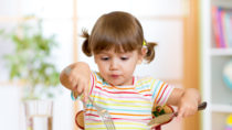 Vegan ist in. Doch nicht alle stehen der fleischlosen Ernährungsweise offen gegenüber. In Italien beschäftigt sich das Parlament mit einem Gesetzentwurf, der für Eltern vegan ernährter Kinder bis zu zwei Jahren Haft vorsieht. (Bild: Oksana Kuzmina/fotolia.com)