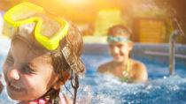 Badeausflüge im Sommer sind beliebt bei Alt und Jung. Manchmal sorgt der Sprung ins kühle Nass aber auch dafür, dass sich Wasser im Ohr sammelt. Dies ist unangenehm und kann zu Entzündungen führen. Experten wissen, wie man das Wasser aus dem Ohr bekommt. (Bild: Dasha Petrenko/fotolia.com)