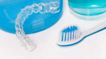 Gegen nächtliche Zähneknirschen hilft eine Beißschiene, gegen Zähneknirschen tagsüber kann mit autogenem Training angegangen werden. (Bild: Pixelot/fotolia.com)