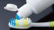 Die Stiftung Warentest hat 32 Universal-Zahnpasten untersucht.  Günstige Produkte, die unter einem Euro liegen, schnitten besser ab als eine 100-Euro-Zahncreme. (Bild: bravissimos/fotolia.com)