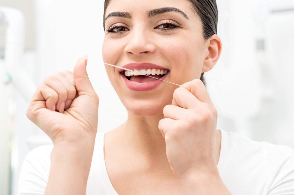 Neben dem regelmäßigen Zähneputzen gehört auch die Reinigung der Zahnzwischenräume zu einer ausreichenden Mundhygiene. Die Wirksamkeit von Zahnseide wird nun jedoch angezweifelt. (Bild: stockyimages/fotolia.com)