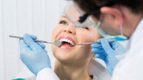 Zahnersatz ist eine teure Angelegenheit. Für manche Personen lohnt sich eine Zahnzusatzversicherung, um weniger für Kronen, Brücken und Implantate zahlen zu müssen. (Bild: Stasique/fotolia.com)