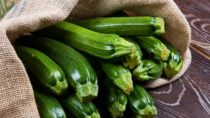 Leckere Zucchini eignen sich hervorragend für die leichte Küche. Sie sind arm an Kalorien, aber reich an Vitaminen und Mineralstoffen. Beim Kauf sollte auf kleine Früchte geachtet werden. Zucchini verlieren mit zunehmender Größe an Aroma. (Bild: Lsantilli/fotolia.com)