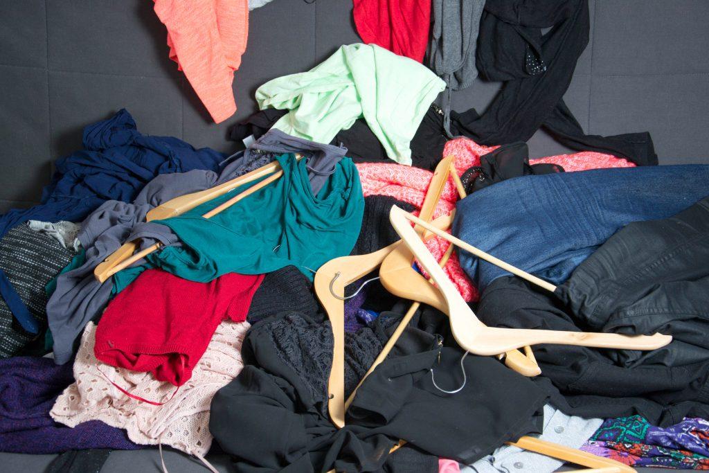 Unordnung: Kleidung und Kleiderbügel