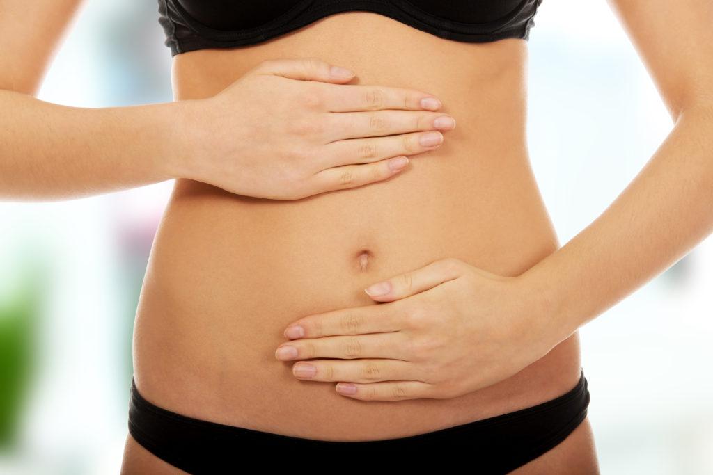 Frau macht Bauchmassage