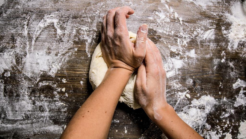 Brotbacken wie früher verhindert Blähbauch und Bauchweh. Bild: Artem Shadrin - fotolia