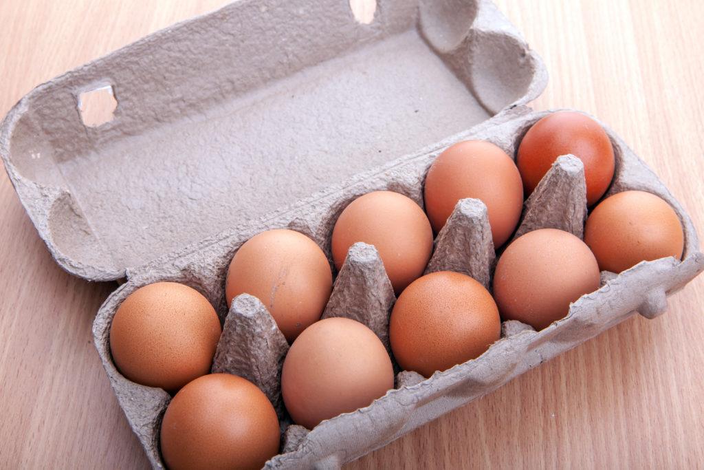 Die Firma Axvitalis ruft aufgrund des Verdachts auf Campylopacter-Bakterien mehrere tausend Eier zurück. (Bild: alexandco/fotolia.com)