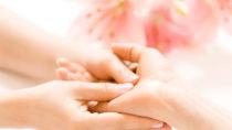 Eine Handmassage kann die Symptome von blauen Fingern lindern. Bild: Jonas Glaubitz - fotolia