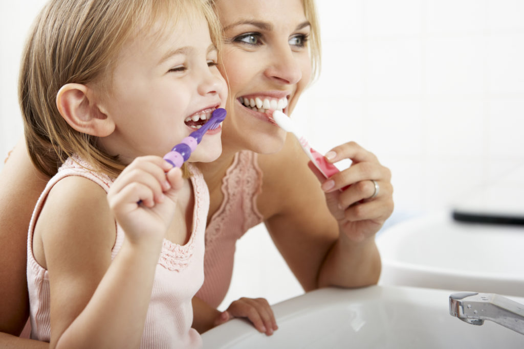 Richtige Zahnpflege bei Kindern verhindert Karies. Bild: Monkey Business - fotolia
