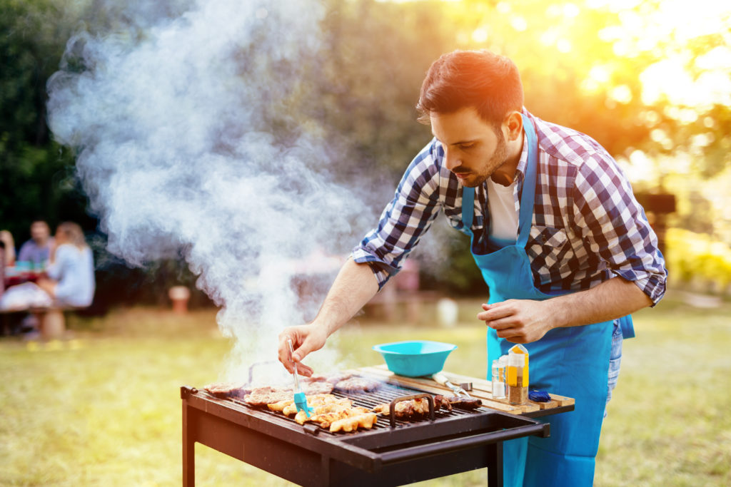 Eine genetische Mutation könnte der Grund dafür sein, warum der Rauch beim Grillen für den Menschen weniger gefährlich ist als für seine archaischen Verwandten. (Bild: nd3000/fotolia.com)
