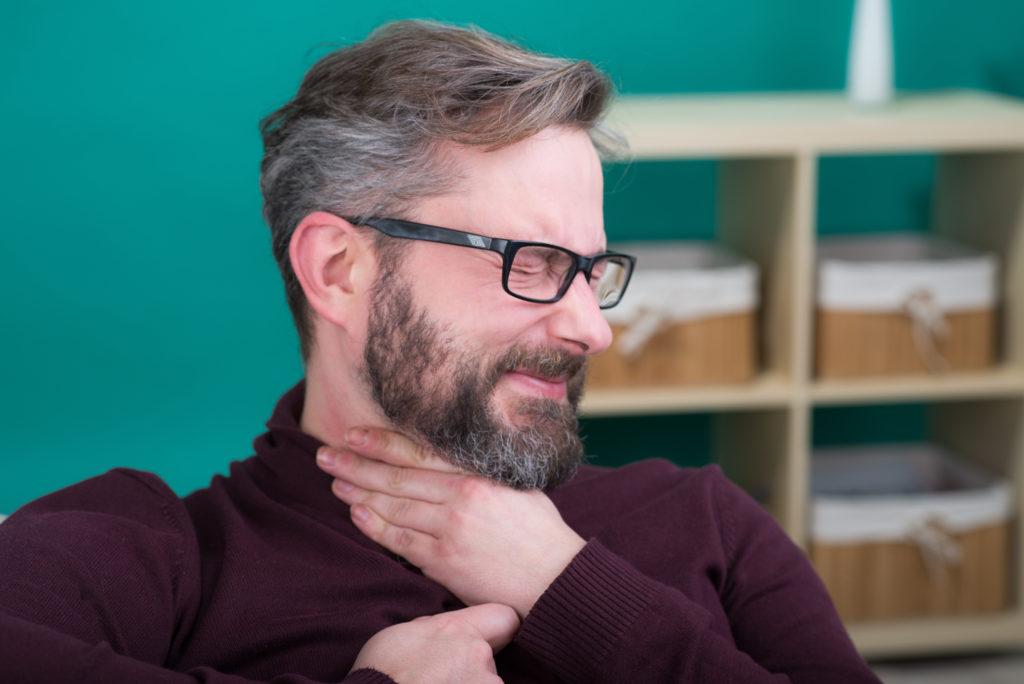 Steckt ein größeres Stück Essen im Hals fest, sollte sofort ein Arzt aufgesucht werden. (Bild: Picture-Factory/fotolia.com)