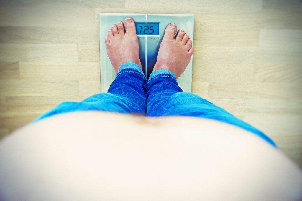 In manchen britischen Kliniken sollen Übergewichtige und Raucher künftig länger auf Routine-OPs warten müssen. Experten sprechen von Diskriminierung. (Bild: Jürgen Fälchle/fotolia.com)