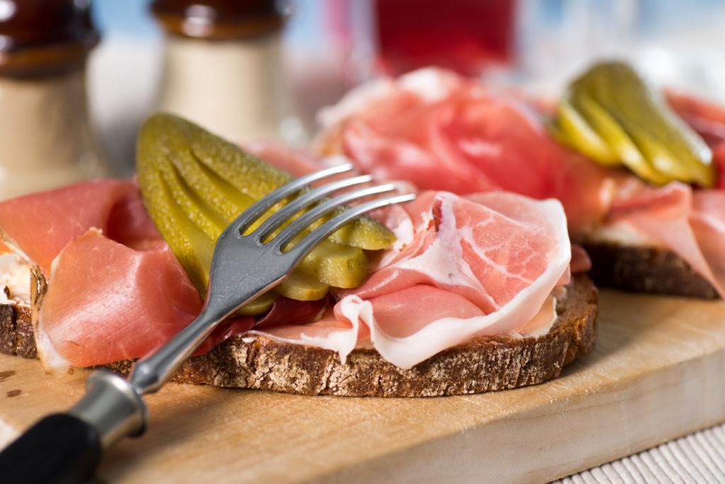 Gehören Sie zu den Menschen, die immer viel zu spät abends essen? Dann sollten Sie diese Angewohnheit besser ändern. Forscher stellten jetzt fest, dass zu späte Mahlzeiten die Gefahr für einen Herzinfarkt erhöhen. (Bild: der hugo2/fotolia.com)