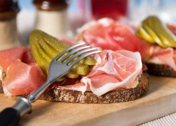 Gehören Sie zu den Menschen die immer viel zu spät abends essen? Dann sollten Sie diese Angewohnheit besser ändern. Forscher stellten jetzt fest, dass zu späte Mahlzeiten die Gefahr für einen Herzinfarkt erhöhen. (Bild: der hugo2/fotolia.com)