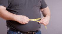 Menschen, die sehr dick sind, kämpfen nicht nur gegen ihr Übergewicht, sondern oft auch gegen Vorurteile und Ausgrenzung. Laut einer aktuellen Studie meiden viele Deutsche den Kontakt zu Fettleibigen. (Bild: SENTELLO/fotolia.com)