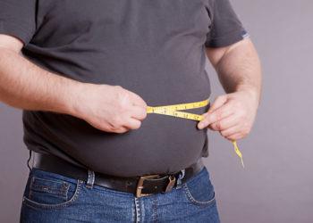 Für Menschen mit krankhaftem Übergewicht kann mitunter eine Magen-OP eine Überlegung Wert sein, wenn andere Maßnahmen der Gewichtsreduktion keinen Erfolg bringen. Eine solche Operation kann die Gesundheit und Lebensqualität Betroffener verbessern. (Bild: SENTELLO/fotolia.com)