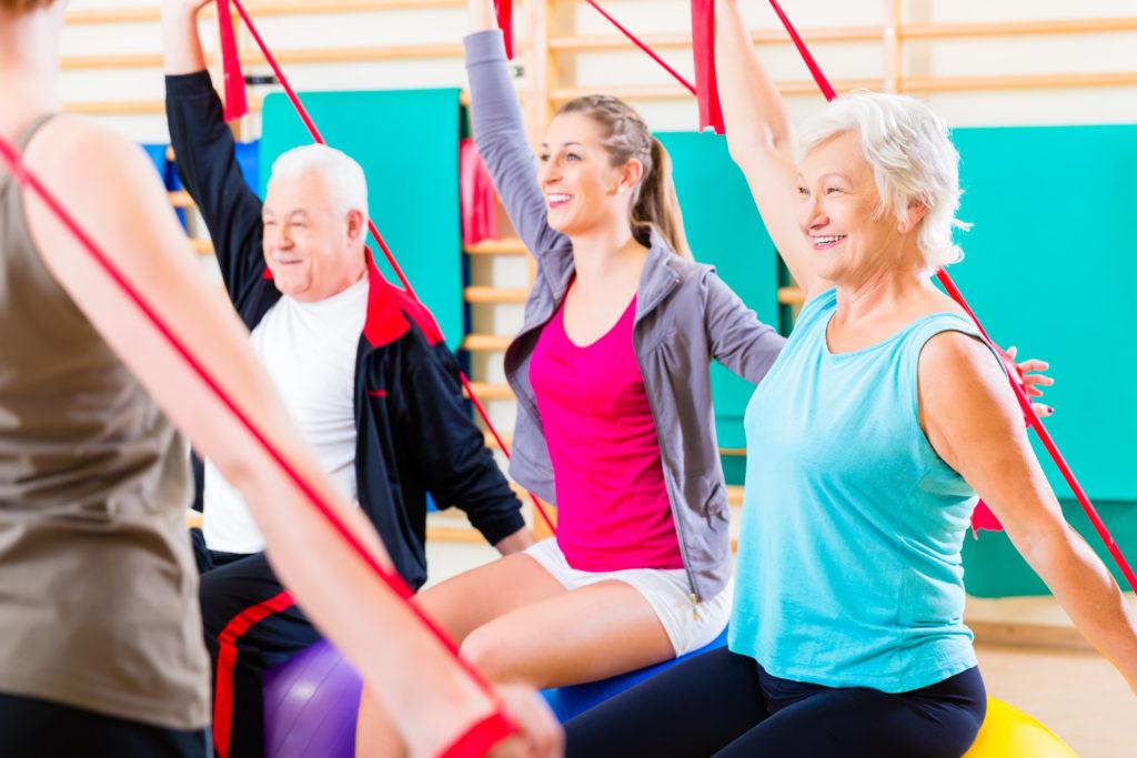Viele ältere Menschen bewegen sich zu wenig und treiben keinen Sport. Dadurch erhöht sich die Wahrscheinlichkeit, früher an Mobilität zu verlieren und die Gefahr für einige Erkrankungen steigt. Zum Glück gibt es aber auch Außnahmen. (Bild: Kzenon/fotolia.com)