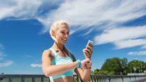 n der heutigen Zeit besitzt fast jeder Mensch ein Mobiltelefon. Viele Menschen nutzen ihr Handy so oft es geht. Das ständige auf den Bildschirm starren kann tatsächlich auch gesundheitliche Vorteile bringen. Es kommt halt darauf an welche Apps oder Programme wir verwenden. (Bild: Syda Productions/fotolia.com)