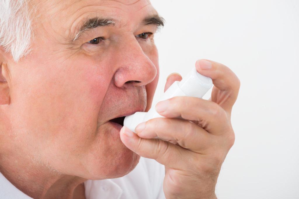 Viele Menschen auf der Welt leiden an Asthma. Einige davon leiden an sogenanntem schweren eosinophilem Asthma. Dieses erschwert eine effektive Behandlung. Mediziner entdeckten jetzt ein äußerst wirkungsvolles Medikament gegen die Erkrankung. (Bild: Andrey Popov/fotolia.com)