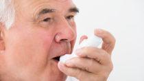 Viele Menschen auf der Welt leiden an Asthma. Einige davon leiden an sogenannten schwerem eosinophilen Asthma. Dieses erschwert eine effektive Behandlung. Mediziner entdeckten jetzt ein äußerst wirkungsvolles Medikament gegen die Erkrankung. (Bild: Andrey Popov/fotolia.com)