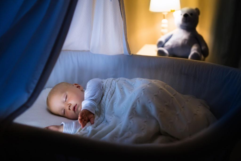 Wenn Babys im Schlaf zucken, meinen Eltern meist, dass ihr Kind gerade träumt. Doch diese Annahme ist womöglich falsch. Forschern zufolge könnte das Zucken dem Nachwuchs helfen, seine motorischen Fähigkeiten zu entwickeln. (Bild: famveldman/fotolia.com)