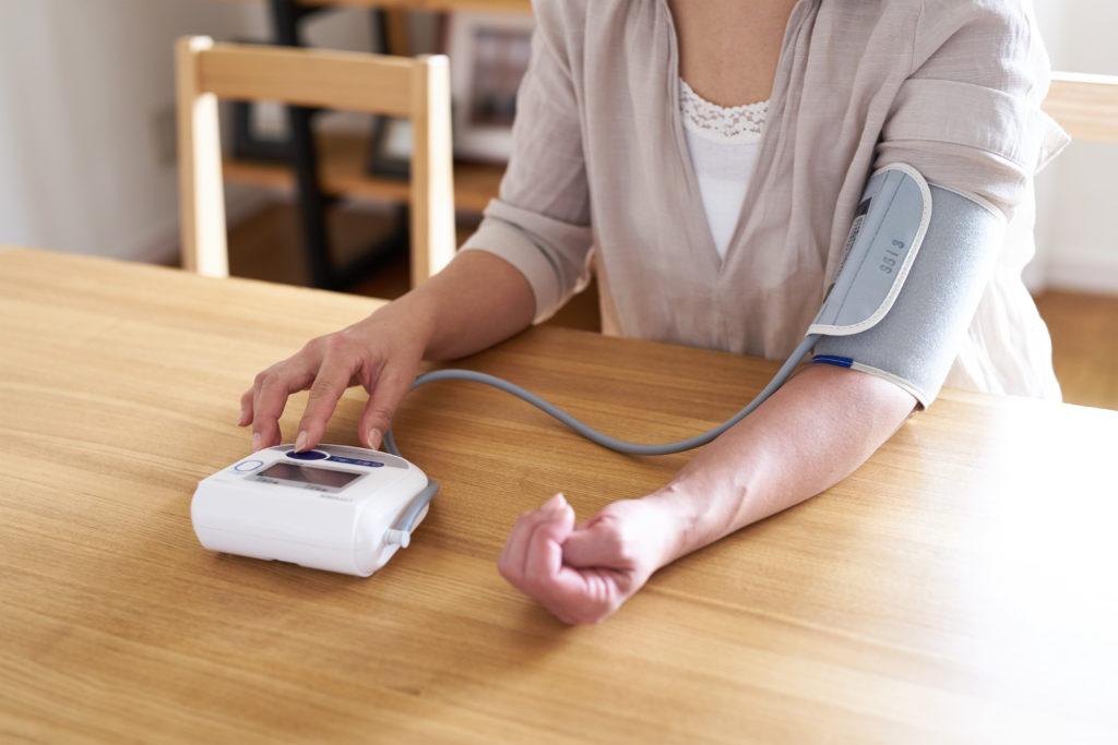 Beim Thema Blutdruck denken die meisten sofort an zu hohe Werte, es gibt aber auch Menschen, die zu niedrigen Blutdruck haben. Dieser ist oft harmlos, die Ursachen sollten aber unbedingt abgeklärt werden. (Bild: