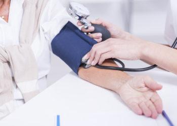 Viele Menschen leiden unter Bluthochdruck und wissen selber nichts davon. Bluthochdruck kann zu ernsthaften Erkrankungen führen und sogar den Tod des Erkrankten verursachen. Mediziner raten deshalb zu regelmäßigen Blutdrucktests, um unnötige Todesfälle zu verhindern. (Bild: Photographee.eu/fotolia.com)